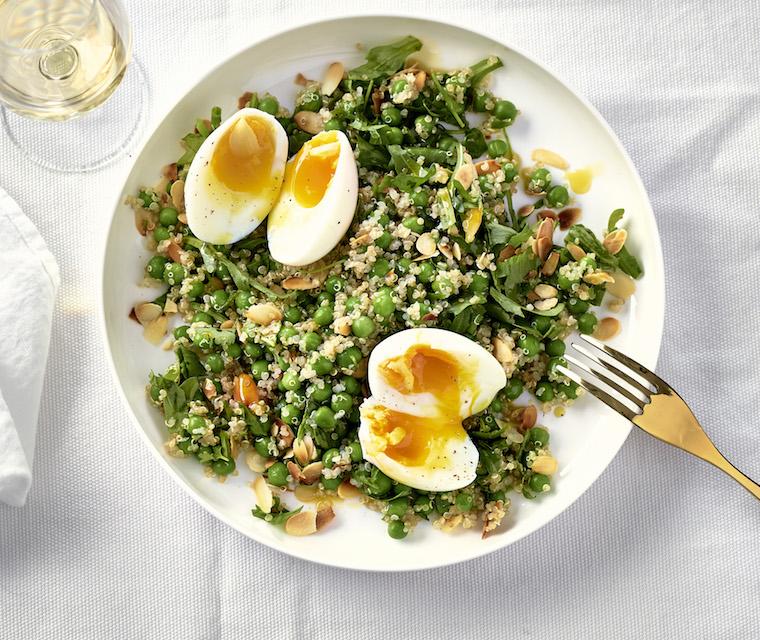 Oeufs mollets, salade de brocoli et quinoa